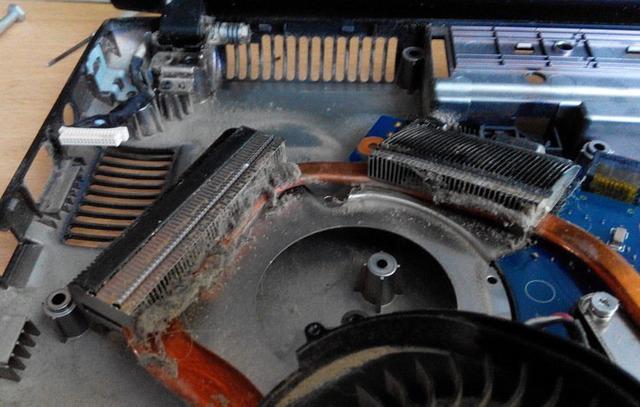 Система охлаждения ноутбука играет первостепенную роль в работе всей системы. Чрезмерное нагревание – слабое место в работе всех лэптопов. И системе охлаждения следует уделять повышенное внимание, ведь её работа непосредственно влияет на работоспособность основных компонентов системы.Что будет если не чистить ноутбук:В процессе работы ноутбука воздух затягивается вентилятором внутрь, а содержащиеся в нём частички пыли (и даже шерсти животных) оседают на различных деталях. Со временем образуется слой грязи и пыли толщиной несколько миллиметров, из-за чего нарушается теплоотдача, а иногда возникают и нежелательные электрические соединения. В лучшем случае, система будет работать медленно и с перебоями. В худшем, вследствие перегрева возможно повреждение некоторых элементов системы вплоть до материнской платы, видеокарты, южного моста и пр. Именно это случается, если не производить очистку охлаждающей системы хотя бы раз в год, оптимально – раз в полгода.Обращаясь в наш сервисный центр, Вы можете быть уверены в эффективной и аккуратной чистке ноутбука от пыли, цена Вас приятно удивит. Поддерживая свой компьютер в чистоте, Вы гарантируете его долговечную и корректную работу!#KompuTerra #ремонт #компьютеров #городе #Вроцлав #профессионально #качественно #мастер #техника #починка #интересное #новости #польша #дёшево #проблемы #телефон #починить #замена #запчасти #купить #комплектующие #срочно #Wrocław #Wroclaw #Polska #majster #naprawa #laptop #komórka #instalike